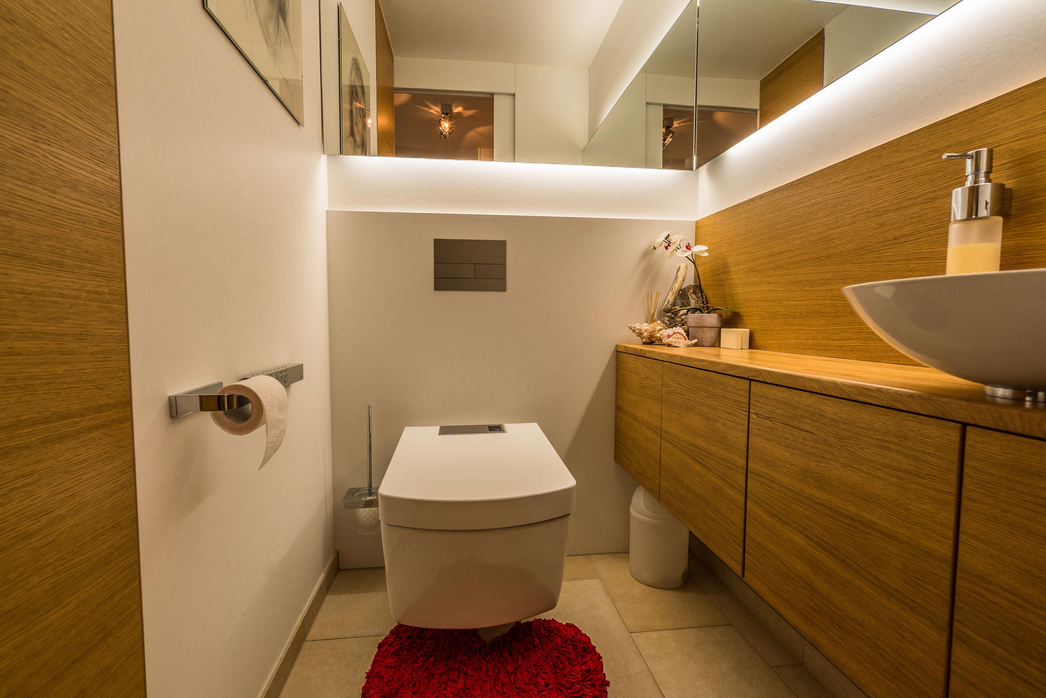 g ste wc mit viel spiegel und stauraum hinkelmann und langer bad design in g ppingen. Black Bedroom Furniture Sets. Home Design Ideas